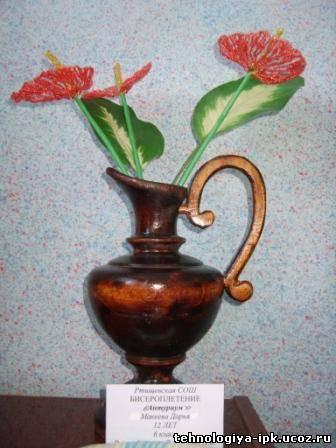 Цветы из бисера.  Работа ученицы 7 класса Мекеевой Дарьи.